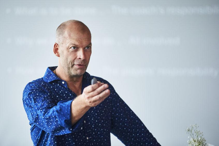 Tomas Ryde föreläser blå skjorta