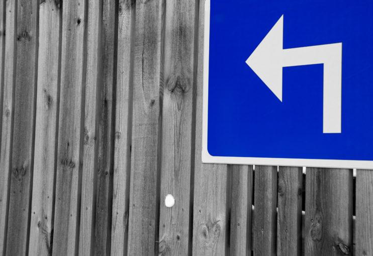 Blå skylt vänstersväng Serica Consulting